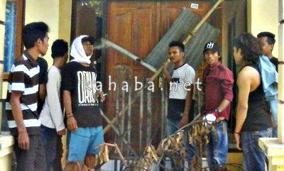 Warga saat segel kantor UPT Pertanian Kecamatan Belo. Foto: Deno