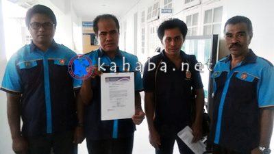 Amiruddin dan pengurus FPKT Kota Bima menunjukan surat  pemberitahuan penghargaan untuk Walikota Bima. Foto: Bin
