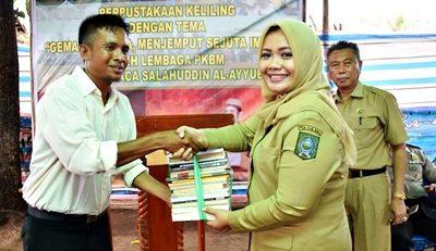 Bupati Bima menyerahkan bantuan buku kepada Salahuddin, pemilik Rumah Al-Ayyubi. Foto: Hum