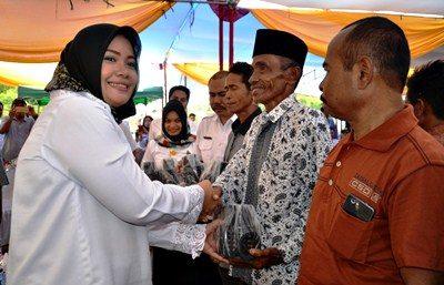 Bupati Bima menyerahkan bantuan kepada Kelompok Tani. Foto: Hum
