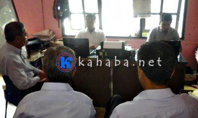 Direktur umum PD. BPR Bima H. Lukman (Kiri) saat di ruangan Sat Reskrim Polres Bima Kota. Foto: Deno