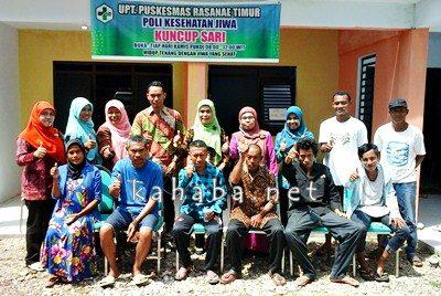 Jajaran dokter dan perawat pose bersama pasien sakit jiwa di Poli Jiwa PKM Rasanae Timur. Foto: Eric