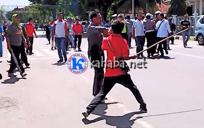 Kasat Pol PP saat melerai massa aksi. Foto: Ady