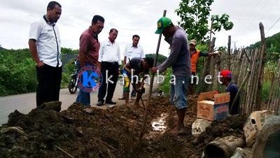 Kepala Dinas PU dan Pertambangan M. Amin saat memantau penggalian pipa SPAM Dodu. Foto: Bin