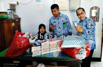 Ketua Panitia kegiatan Hardiansyah (Tengah) dan staf saat cek sejumlah barang untuk disalurkan ke Desa Riamau. Foto: Dok. PU Kab. Bima