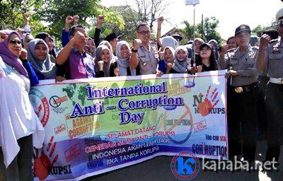 Ketua STIE dan mahasiswa serta Kapolres Bima Kota foto bersama saat kampanye Hari Anti Korupsi Sedunia. Foto: Bin
