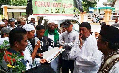 Massa aksi super damai Bela Islam III di Kota Bima saat membacakan petisi. Foto: Ady
