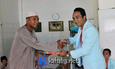 Perwakilan Radiografer saat menyerahkan bantuan di Ponpes Al Fatahul Alim. Foto: Ompu