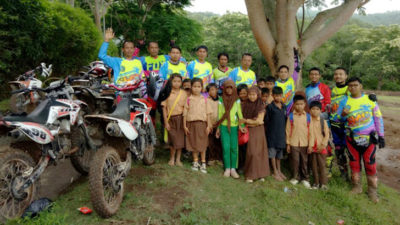 SMC Adventure saat foto bersama siswa SD di Desa Riamau. Foto: Dok. STIE Bima