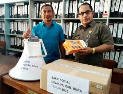 Sekretaris Dinas PU Kabupaten Bima HM. Taufik Rusdi (Kiri) dan staf saat mengecek barang yang akan diserahkan pada bhakti sosial. Foto: Dok. PU Kab. Bima