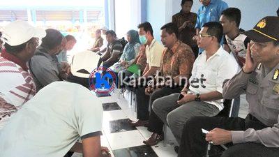 Warga Dara, Dewan dan perwakilan Pemkot Bima saat duduk bersama usai pengukuran lahan 5 Ha milik Pemkot Bima di Amahami. Foto: Bin