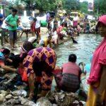 Warga Tangga Gotong Royong Cuci Baju Korban Banjir
