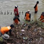 Warga Gotong-Royong Bersihkan Jembatan Padolo I
