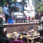 Syafrudin Imbau Warga Bantu TNI Bersihkan Sisa Banjir