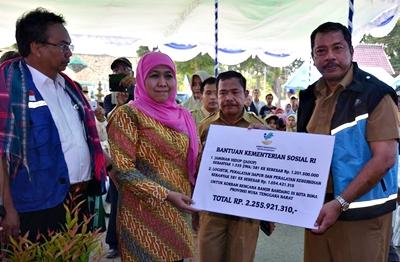 Khofifah Serahkan Bantuan Jaminan Hidup untuk Korban Banjir