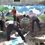 Polisi dan Brimob Bersihkan Material Sisa Banjir di Dara