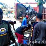 Pol PP Bersihkan Lumpur Sisa Banjir