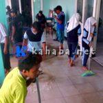Siswa SMAN 2 Gotong-Royong Bersihkan Sisa Banjir