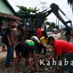 Bersihkan Sampah Banjir, Warga Kerja Bakti dengan TNI