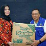 Bupati Bima, Serahkan Bantuan ke Korban Banjir Sumbawa