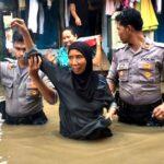 Begini Aksi Sigap TNI dan Polisi Bantu Korban Banjir Woha