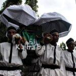 Hujan Gerimis Mengantar Pemakaman Ina Ka'u Mari
