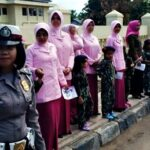 Polisi Cilik Bagi-Bagi Bunga Saat Operasi Simpatik Gatarin