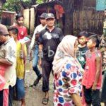 Mantan Sekda Bagikan Nasi Bungkus kepada Korban Banjir