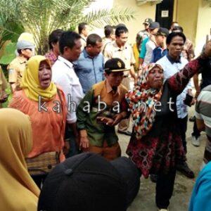 Protes Pelantikan Kepsek, Seorang Ibu Nangis Histeris