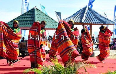 Tarian Tembe yang ditampilkan pada Festival Pesona Lawata