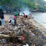 FKGO Bersihkan Sampah di Pantai So Numbe