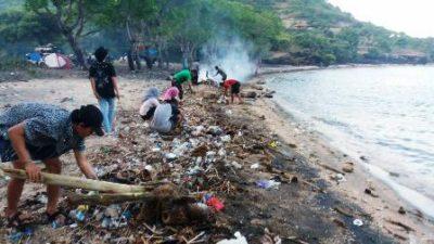 FKGO Kota Bima saat membersihkan Pantai So Numbe