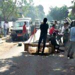 Demo Krisis Air Bersih, Warga Desa Rade Blokir Jalan dan Sandera Mobdis