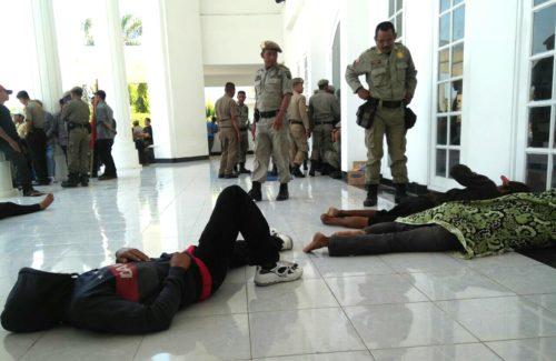 Ngotot Ketemu H. Qurais dan H. Arahman, Korban Banjir Tidur di Teras Kantor Walikota