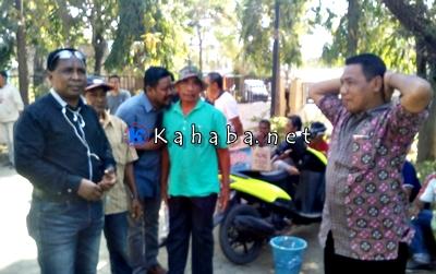 Warga Dara saat mendatangi kantor Camat Rasanae Barat