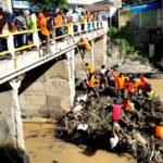 Madasigi, Kobar, TSBK dan BPBD Bersihkan Sampah di Jembatan Padolo