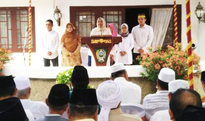 Doa Mengenang Mendiang Sultan Bima Ferry Zulkarnaen, Dinda Berurai Airmata