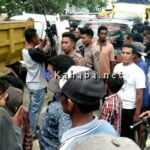 Aparat Bersenjata Lengkap Buka Paksa Blokir Jalan di Sondosia