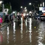 2 Bakal Paslon Tinjau Korban Banjir Kampung Sigi