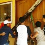 Massa Aksi Segel Kantor UPTD Dikpora Kecamatan Madapangga