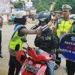 Polisi Hadiahkan Bunga dan Helm Untuk Pengendara Tertib