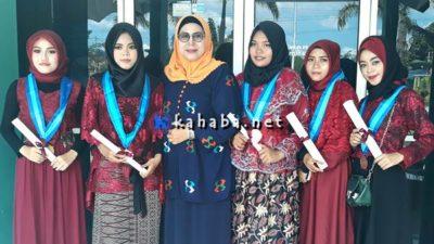 Kepala SMAN 4 Kota Bima bersama 5 siswinya yang akan sekolah ke China