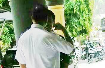 Nazarudin saat mengacungkan tangan ke wajah Muhammad Kasim.