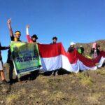 300 Pendaki Tambora Sukses Bentangkan Merah Putih 302 Meter di Puncak