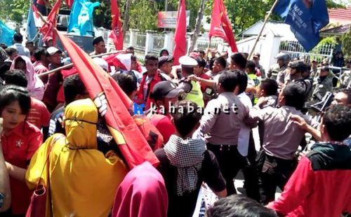Oknum Polisi Intimidasi Wartawan Liput Bentrok