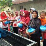 Jelang Ramadan, Kader Perindo Kota Bima Bagi-Bagi Beras