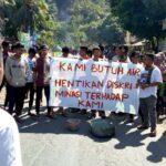 Desak Proyek Air Dibenahi, Warga Tolowata Blokir Jalan