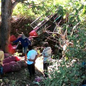 Mobil Pick Up Angkut Bawang Terjun di Jurang Wawo