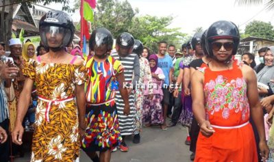 Salah satu peserta lomba gerak jalan uni di Kelurahan Sarae