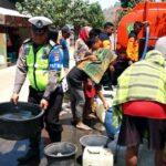 Sat Lantas Polres Bima Bagikan Air Bersih ke Warga Terdampak Kekeringan